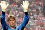 Edwin van der Sar waves to the fans