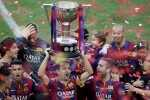Barcelona's captain Xavi Hernandez lifts up the Spanish first division soccer league trophy at Camp Nou stadium in Barcelona, Spain, May 23, 2015.  REUTERS/Albert Gea      TPX IMAGES OF THE DAY      - RTX1E9BP