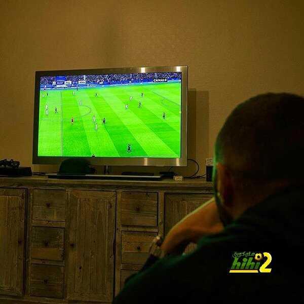 صورة بينزيما يتابع مباراة الريال