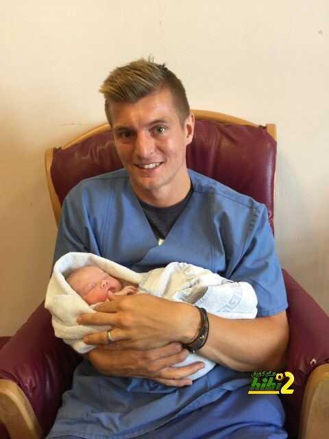 صورة : كروس يحتفل بقدوم صغيرته ايميلي coobra.net
