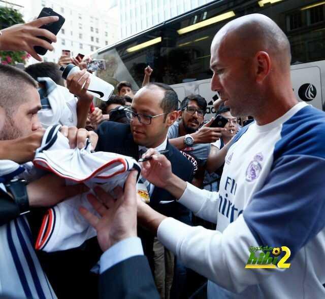 صور : الجماهير تجتمع حول زيدان بمونتريال والفرنسي يلبي الطلبات ! coobra.net