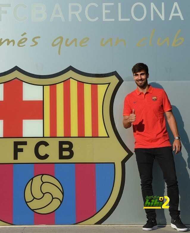 صور : غوميز يلتقط الصور التذكارية بجانب شعار برشلونة coobra.net