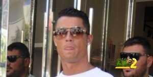 فيديو : كريستيانو يفقد اعصابه ويدفع مشجع حاول التقاط صورة معه coobra.net