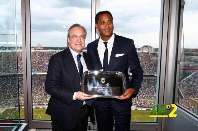صور : تكريم من رئيس نادي ريال مدريد للاعب برشلونة السابق ! coobra.net