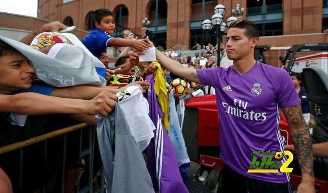 صورة : المشجعون يحيطون بزيدان ولاعبيه قبل الاستعداد لمواجهة تشيلسي coobra.net