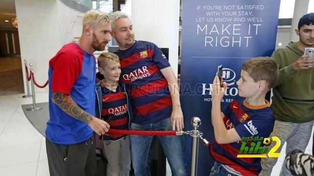 صورة : ميسي يلبي طلبات المشجعين ويوقع لعشاقه ! coobra.net