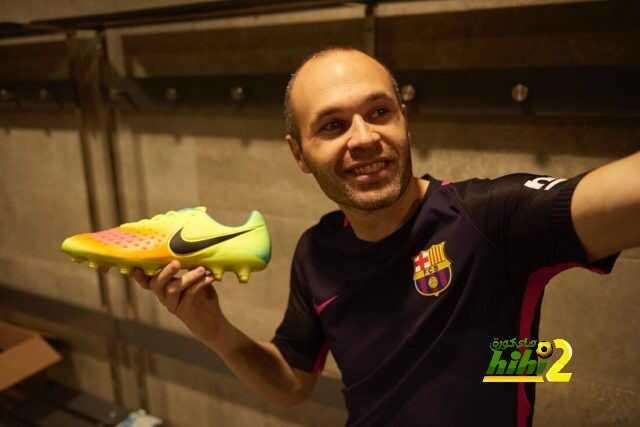صورة : انيستا يستعرض حذائه الجديد coobra.net