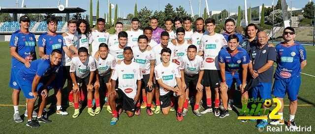 صورة : زيارة من شباب المنتخب الكوستاريكي لكيلور نافاس أثناء التدريبات ! coobra.net