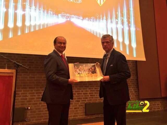 صور : هدية تذكارية لنادي إشبيلية قبل السوبر الأوروبي ! coobra.net