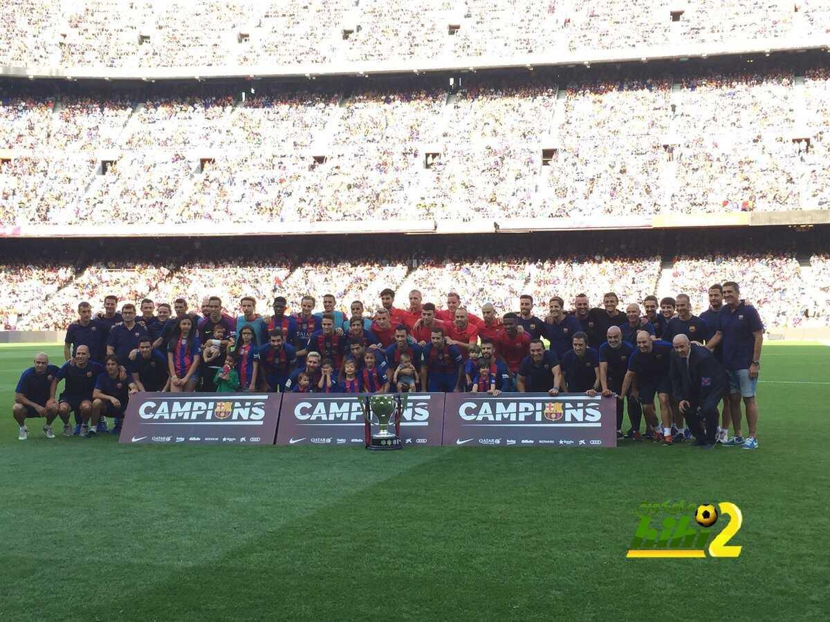 صورة : نجوم برشلونة وأبنائهم يلتقطون صورة رفقة كأس الليغا coobra.net