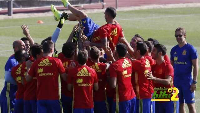 صورة : لاعبو منتخب إسبانيا يحتفلون بيوم ميلاد الكاسير coobra.net