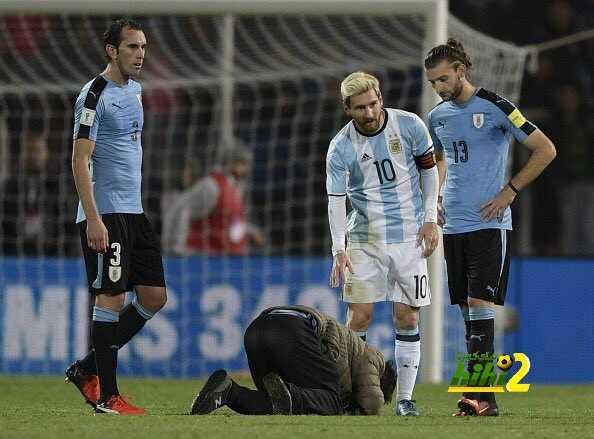 صور : مشجع يقتحم الملعب ليقبل قدم ميسي coobra.net