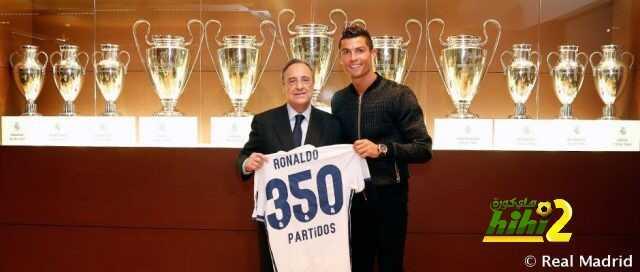 صورة : بيريز يهدي رونالدو قميص الـ 350 مباراة coobra.net
